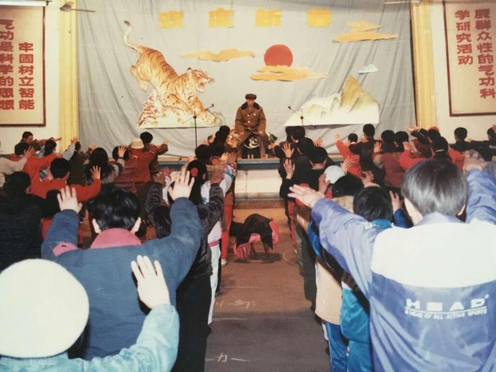 Dr. Pang he ming guiando la pracitca de luna en el centro huaxia zhineng qigong